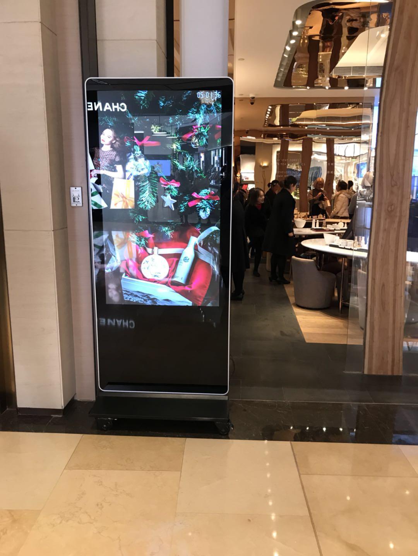 55寸立式液晶广告机入驻上海某商场护肤品店(图文)